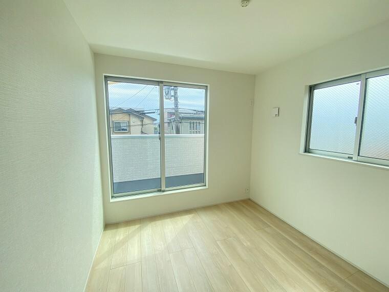 居間・リビング 2階居室は各部屋に大きなクローゼット完備。お部屋をスッキリと保てます。
