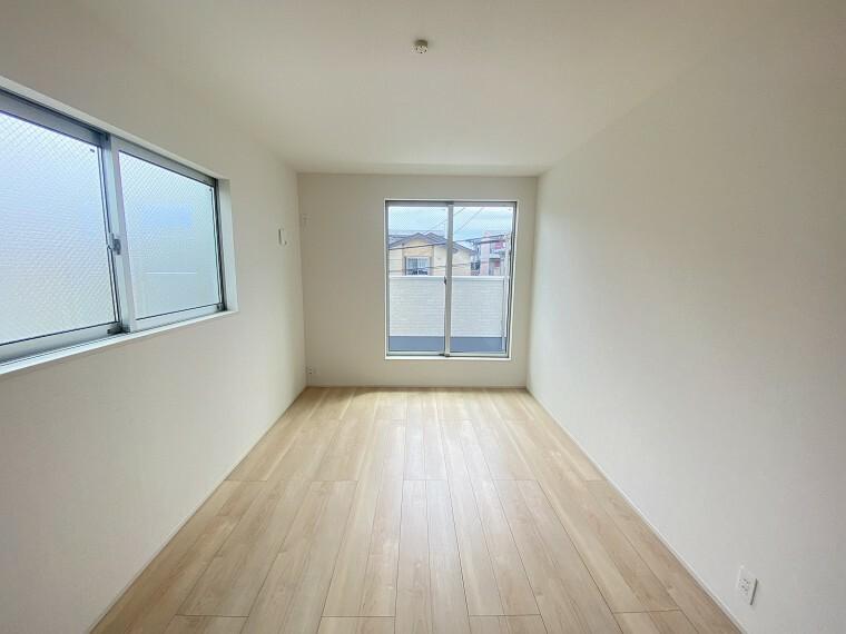 居間・リビング 7.5帖の主寝室。南向きのバルコニーから暖かい日差しが差し込みます。
