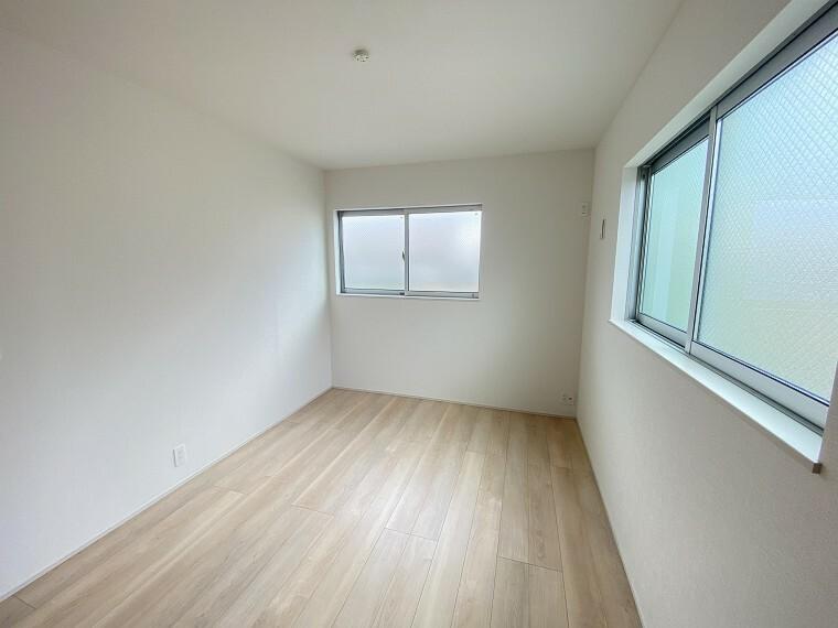 居間・リビング 2F、6帖の洋室。すりガラスはプライベート空間を守ります。