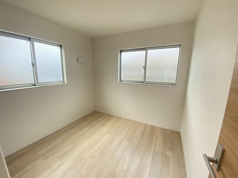 居間・リビング 2F、4.5帖の洋室。
