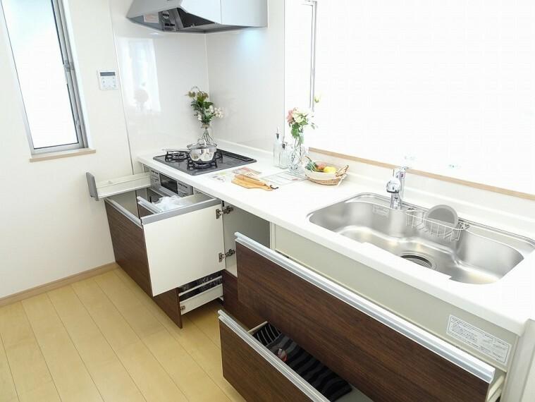キッチン 施工例 人工大理石付きトップボード付き、浄水器付きのシステムキッチンです 採光や換気の取入れに便利な窓付きです キッチンに窓があるだけて開放的になります