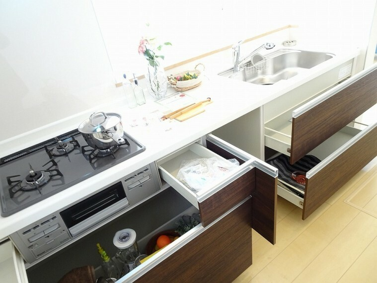 キッチン 施工例 3口コンロ、魚焼きグリル付きのシステムキッチンです フライパンや鍋の収納にも便利なキッチン収納付きです 機能的なキッチンです