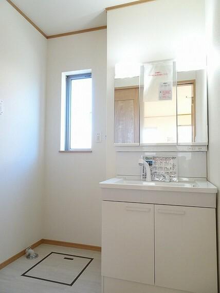 洗面化粧台 施工例 朝のスタイリングに便利な三面鏡付きの洗髪洗面化粧台中に小物が収納可能です