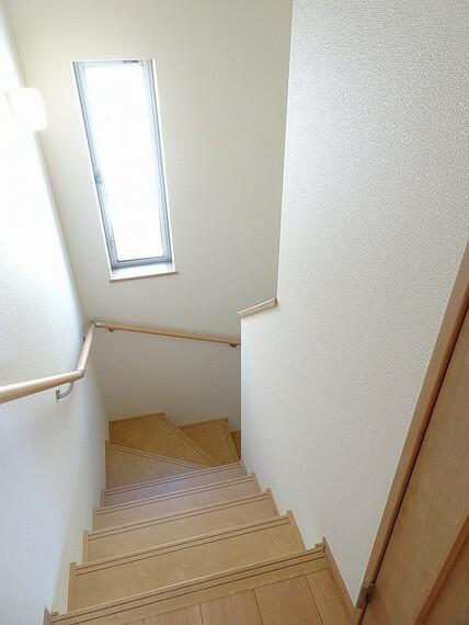 施工例 階段 換気や自然光で足下も照らしてくれる便利な窓、蹴上げが低いので登りやすく、手すり付きなので降りる際にも安心です