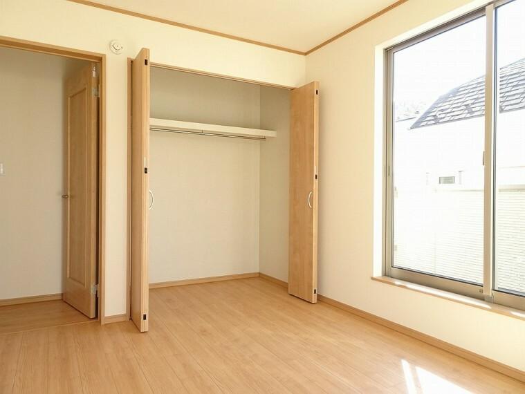 洋室 施工例 棚、ハンガーパイプ付きの物入付きなので荷物も細かく収納することができます