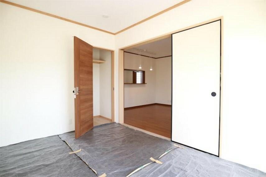 1F6帖和室。半畳の収納付き。(保護のためシートが敷いてあります)