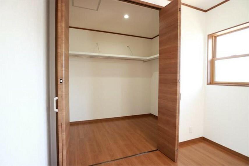 収納 2F7.5帖洋室WIC。棚やハンガーパイプがありお洋服の整理もしやすいクローゼットです。
