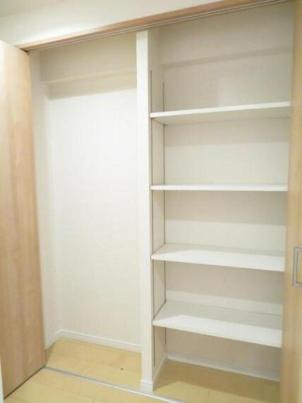 収納 廊下の収納は日用品などのストックもしやすい棚付きです。
