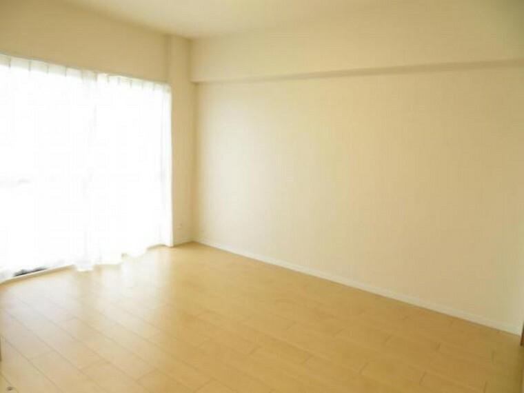 リビング横の洋室6帖。3枚引戸を開放してリビングの一部にもいいですね。
