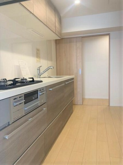 キッチン 吊度棚もあるキッチン。廊下に抜けられる2WAY