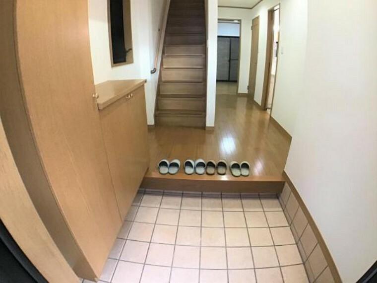 玄関 玄関には大型のシューズボックスがあり大人数の家族でも安心です。