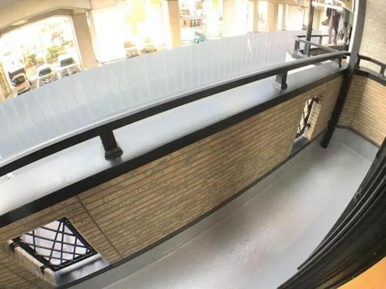 バルコニー 2階ベランダは幅もあり洗濯物もラクラク干せます。