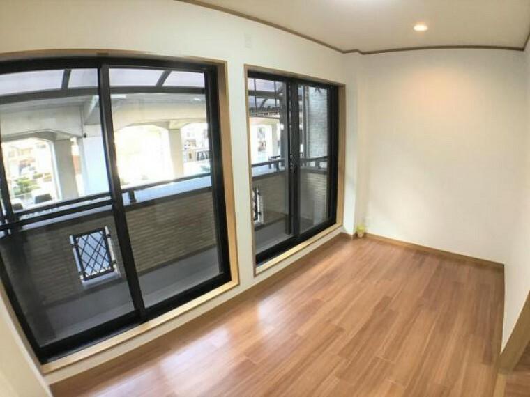 洋室 2階の5.8帖の洋室はリビングと続けて使えば、広々16帖超のリビングとしても使えます。