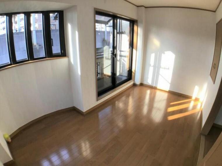 洋室 3階西側5.6帖の洋室は御覧の通り日光がサンサンと降り注ぎます。 アーム型の雰囲気もお洒落です。
