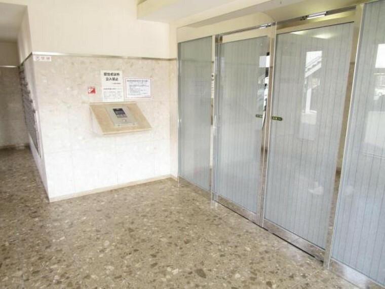 エントランスホール 【建物設備写真】マンションエントランスです。オートロックに管理人さんもいらっしゃるので防犯面でも安心できますね。