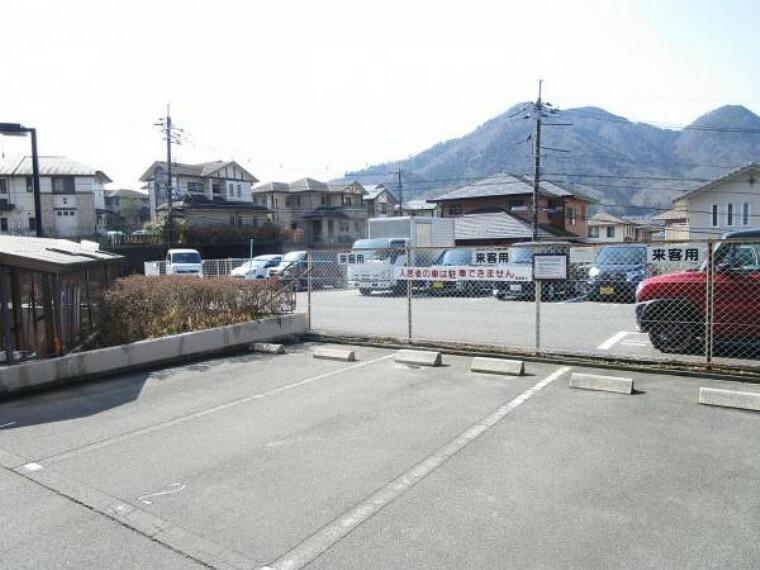 【建物設備写真】お客様用駐車場になります。三台分確保されており、お友達の来客の際にも安心ですね。