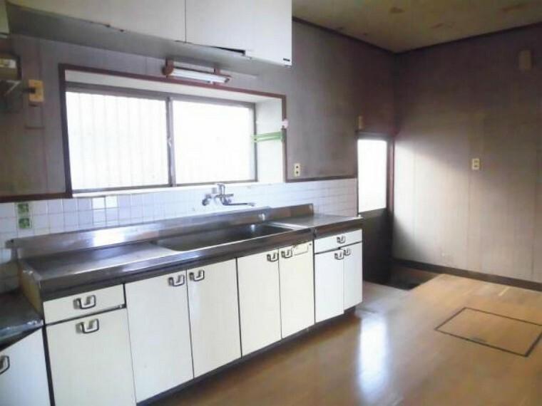 キッチン 【リフォーム前写真】キッチンの写真です。既存のキッチンを撤去してハウステック製のシステムキッチンを新設します。壁天井クロス張り・フロア張りを行います。