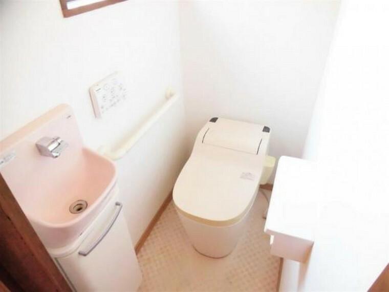 トイレ 【リフォーム前写真】トイレの写真です。既存のトイレを撤去して、LEXEL製の温水洗浄機能付きのトイレに新品交換します。お肌が直接触れる部分だからこそ新品だと嬉しいですね。