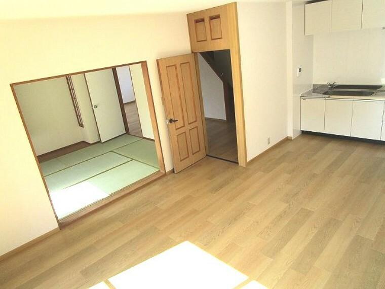 居間・リビング 南向き!陽当たり良好の明るいリビング&和室