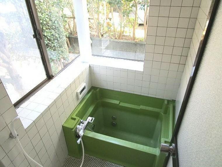浴室 大きな窓があり、明るく開放的!換気も安心