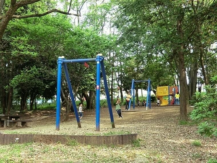 公園 藤が丘公園 水飲み、ベンチ、トイレ、砂場、すべり台、ブランコ、鉄棒、ターザンロープがあります