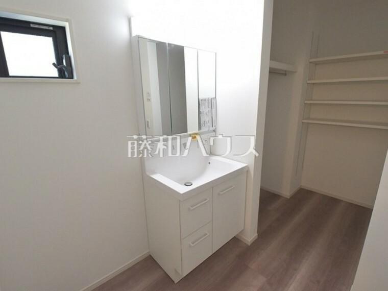 洗面化粧台 1号棟 三面鏡付きの洗面台。鏡の裏にも収納があり、歯ブラシや化粧品等もすっきり収納できます。 【西東京市北町1丁目】