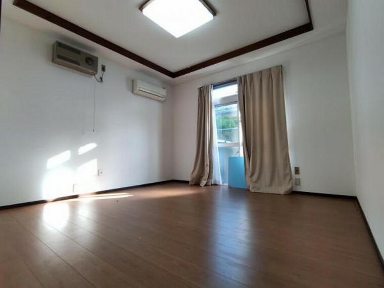 【リフォーム中】一階玄関横洋室8帖です。前所有者様がリフォームをされており、床や壁紙が綺麗です。8帖の広さがあるので、ご夫婦の寝室としてもいいですね。