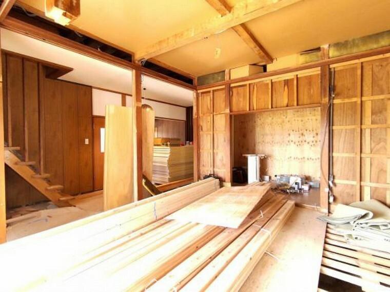 和室 【リフォーム中】クロス張替えしました。窓からの陽光が心地よいので、家族団欒にぴったりの空間です。
