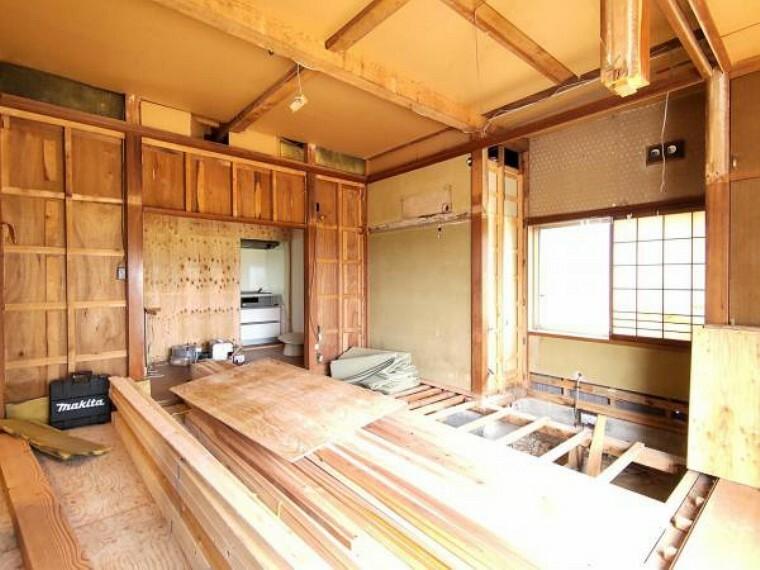 【リフォーム中】一階続き8帖和室は洋室6帖に変更予定です。壁天井のクロス張替え、床はフローリングで施工を行います。押入や床の間もついております。親戚など人が集まるときにも使えるのでいいですね。