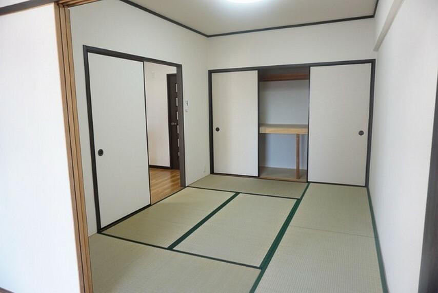 居間・リビング リビング横と5.4帖の洋室から行き来できる和室です。収納もたっぷりで嬉しいですね^^