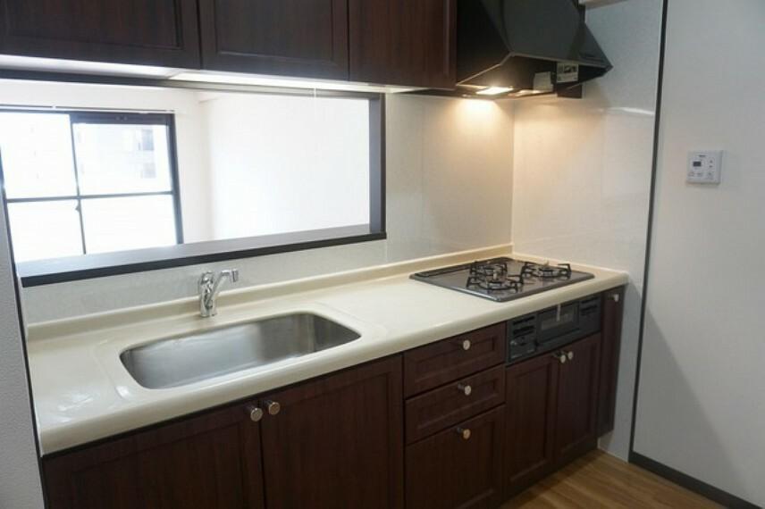 キッチン カウンターキッチンなので、ご家族と会話をしながら楽しくお料理ができます。お掃除もラクラクです。