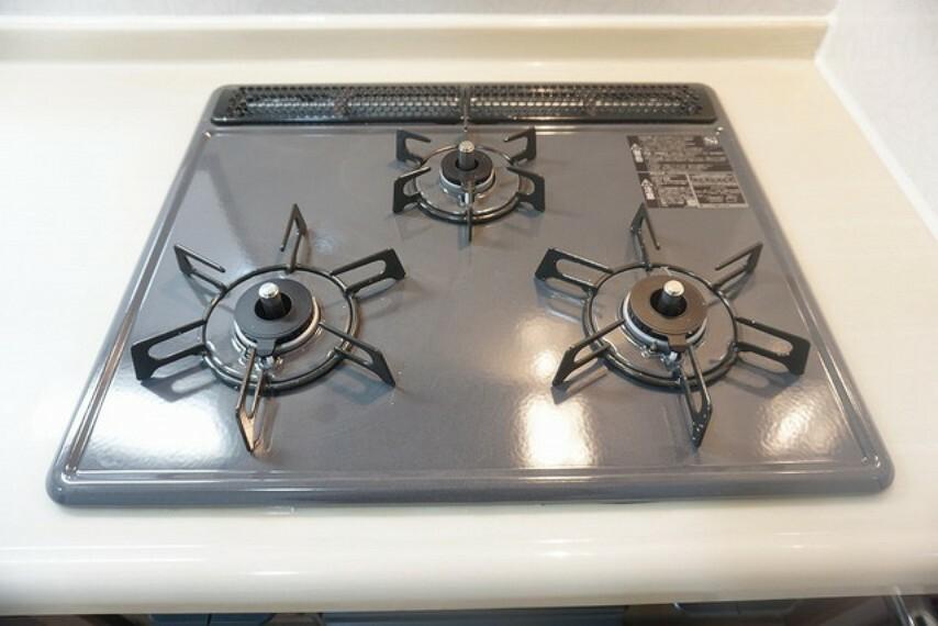 キッチン 3種類の料理が同時に調理できる、3口ガスコンロ。忙しい朝食やお弁当作りも効率良くお料理できますね^^