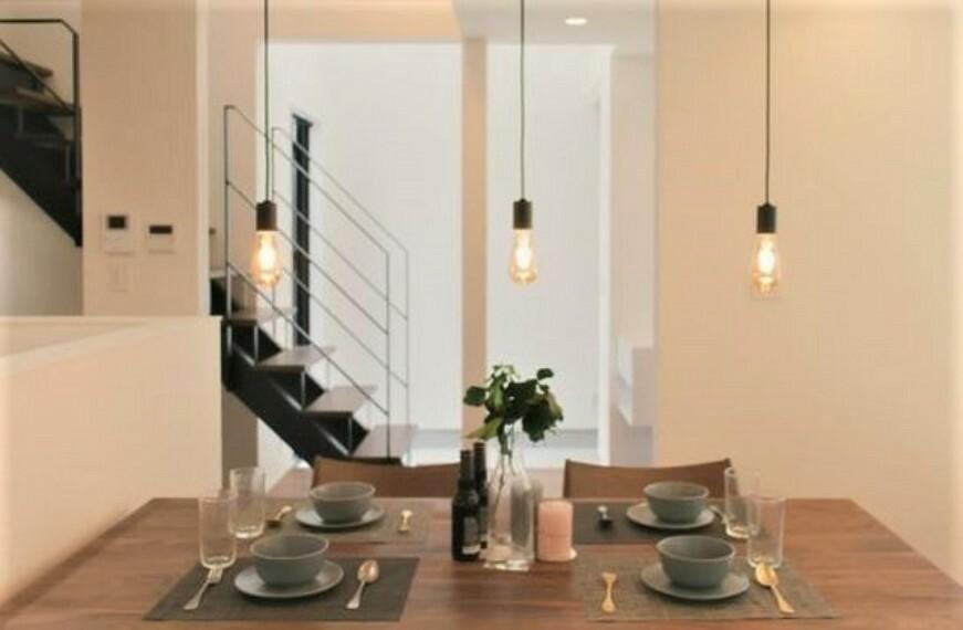 居間・リビング 配膳や片付けもダイニングテーブルが近くにあると動線が良く、家事負担も軽くなります。
