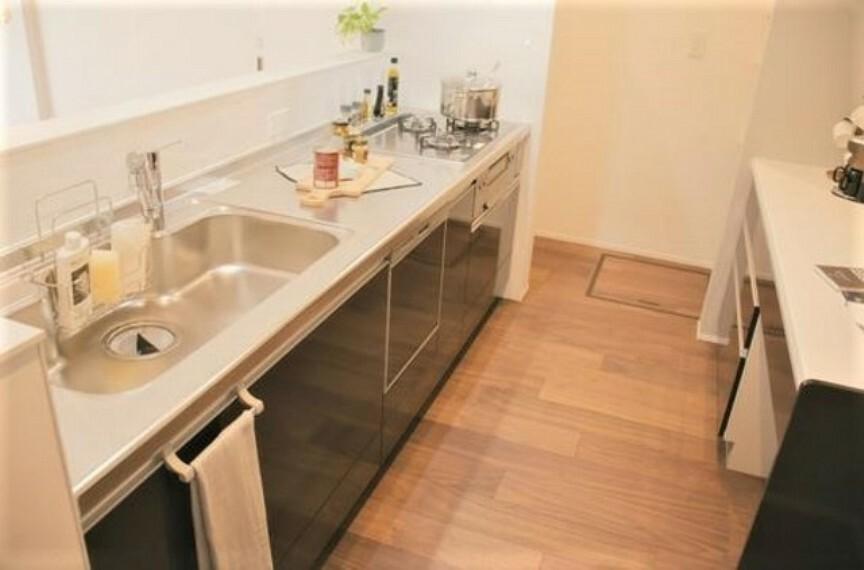 キッチン 食器洗浄乾燥機付きのシステムキッチン。背面にカウンターも設置されており、快適にお料理ができますね。