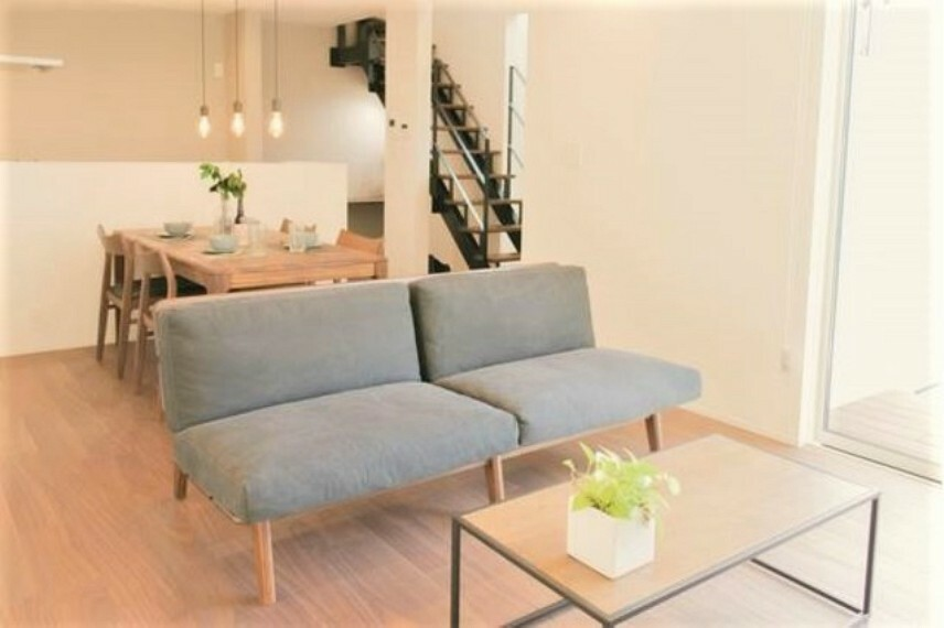 居間・リビング スケルトンでオシャレなリビング階段。ご家族が自然と集まる明るいリビングとなりそうです。