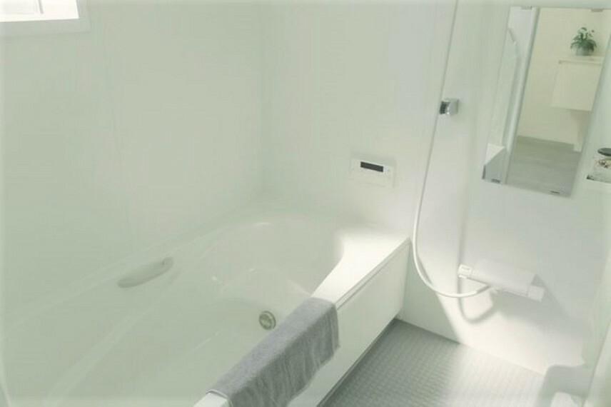 浴室 ホワイトで清潔感のあるバスルーム。窓と浴室乾燥機で湿気対策。家族皆さまの1日の疲れを癒してください。