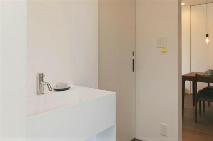玄関 玄関ホール・トイレの側に洗面台が設置してあり使い勝手が良いです。