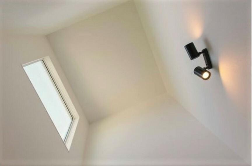 玄関は吹抜けになっており、開放的で明るい空間となっております。