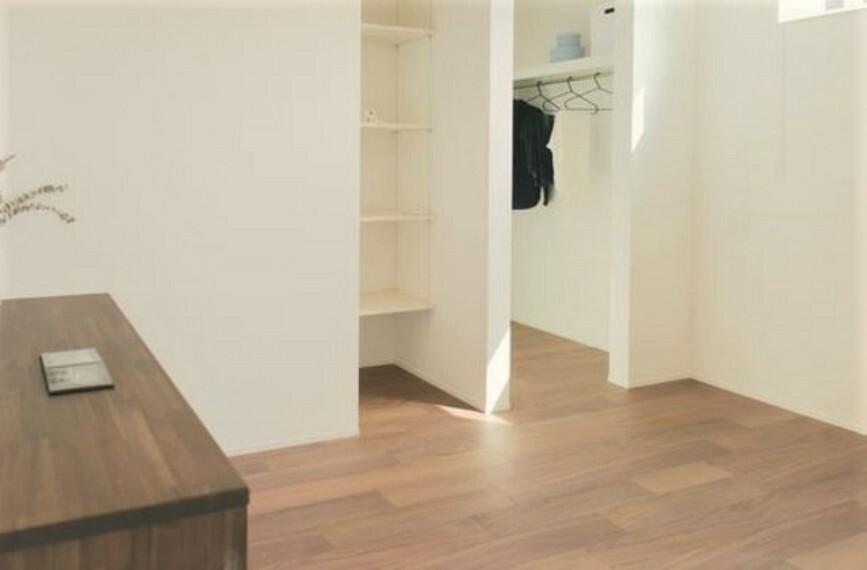 寝室 2階の主寝室です。大容量のウォークインクローゼットとカウンター付き。