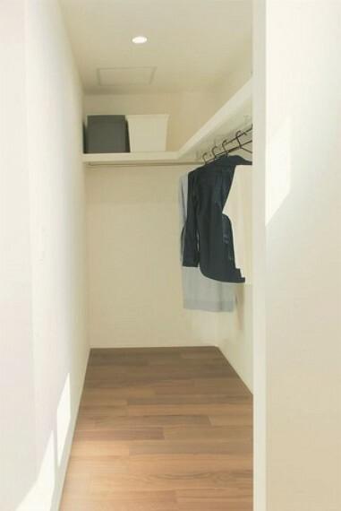 収納 2面に棚とパイプハンガーが付いており、お洋服が選びやすく毎日のコーディネートが楽しくなります。