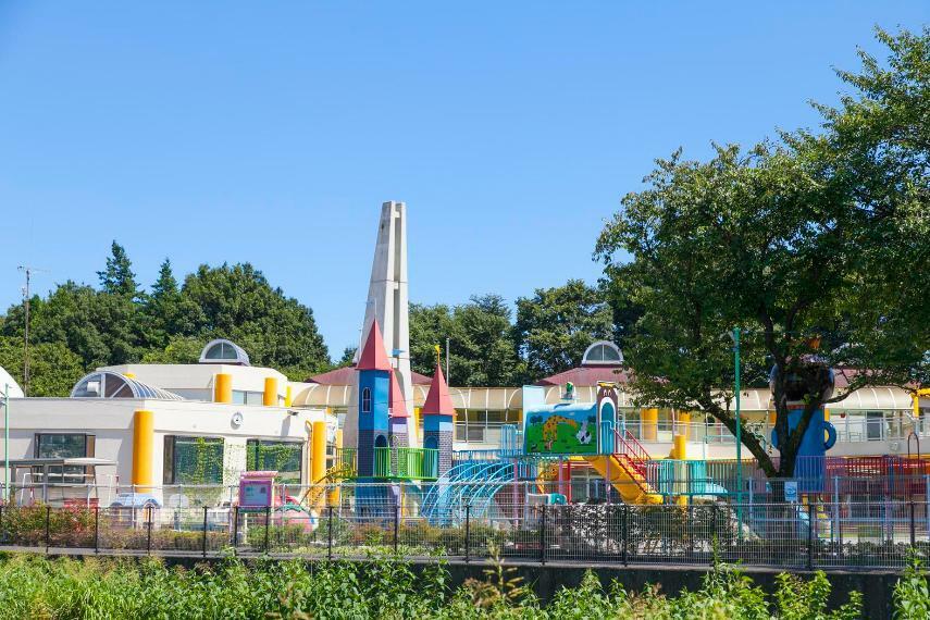 幼稚園・保育園 【麻の実幼稚園】安心して遊び回れる芝生が広がる明るい幼稚園。夏にはプールや水遊びを楽しむことができます。また、未就園児を対象とした園庭開放や子育て相談なども実施しています。
