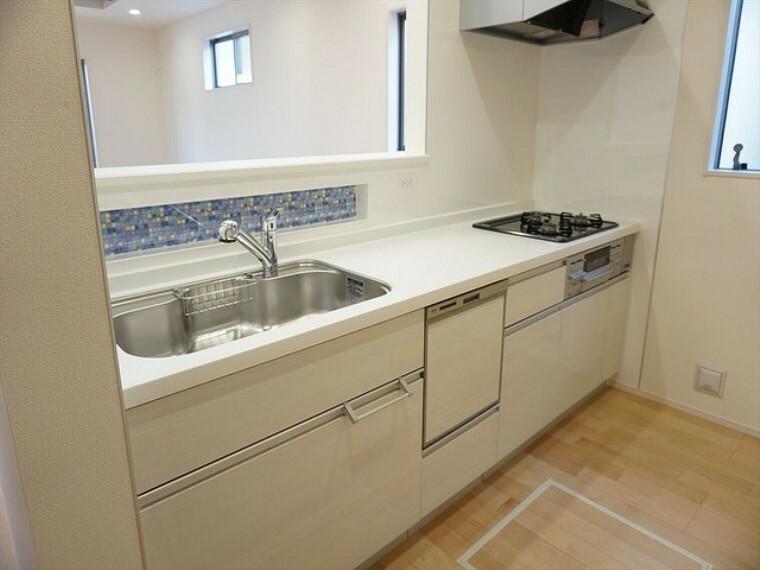キッチン 同仕様写真。対面式カウンターキッチンでお子様の様子が見守れます。ステンレスのカウンタートップは耐熱性に優れており、日ごろのお掃除もふき取るだけでOK。