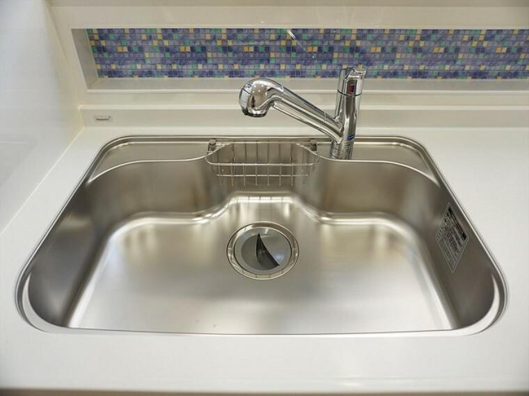 キッチン 同仕様写真。大きな鍋も入るステンレスシンクも簡単にお掃除できますよ。