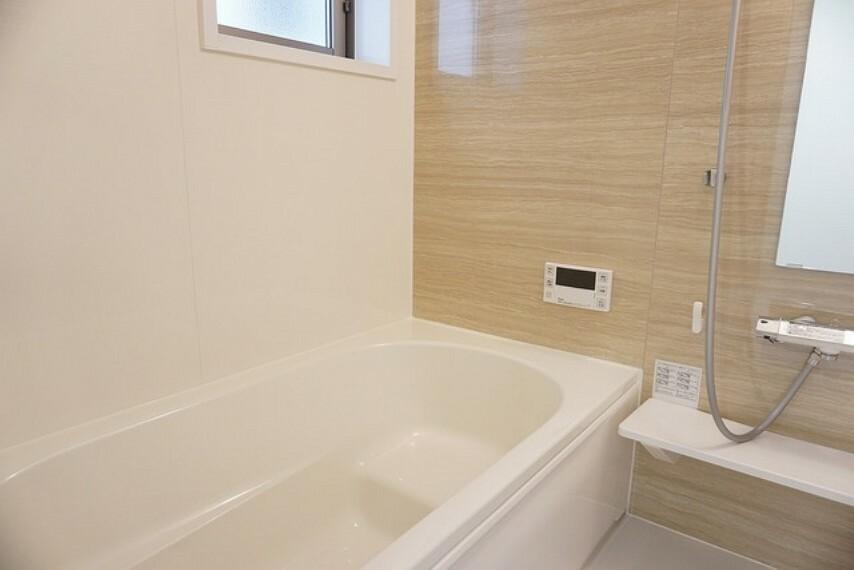 浴室 同仕様写真。お子様と一緒にお風呂に入っても狭くないですね(^^窓付き・浴室乾燥機で換気・雨の日の洗濯もばっちり^^