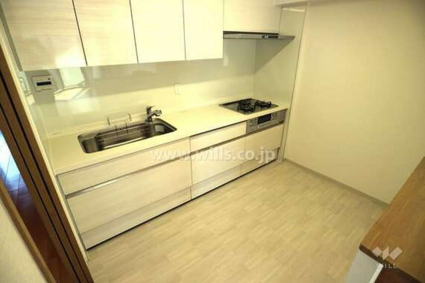 キッチン 幅の広いキッチンは、調理スペースや上部吊戸棚収納も十分に取られておりゆったりと使っていただけます。3口コンロなので料理もはかどります。