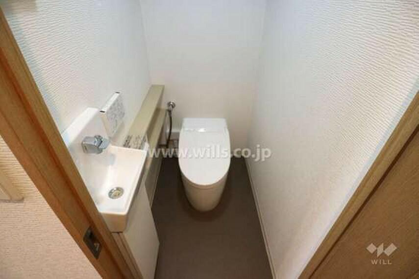 トイレ 2020年5月リフォーム履歴有。タンクレストイレ。温水洗浄便座つきなので、いつも清潔に保てます。