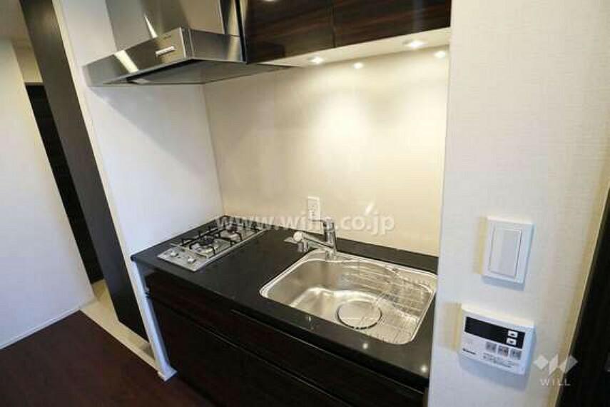 キッチン キッチンは2口コンロでコンパクトなサイズです。一人暮らしには十分なサイズです。廊下を挟んで裏側に冷蔵庫置場があります。[2021年2月11日撮影]
