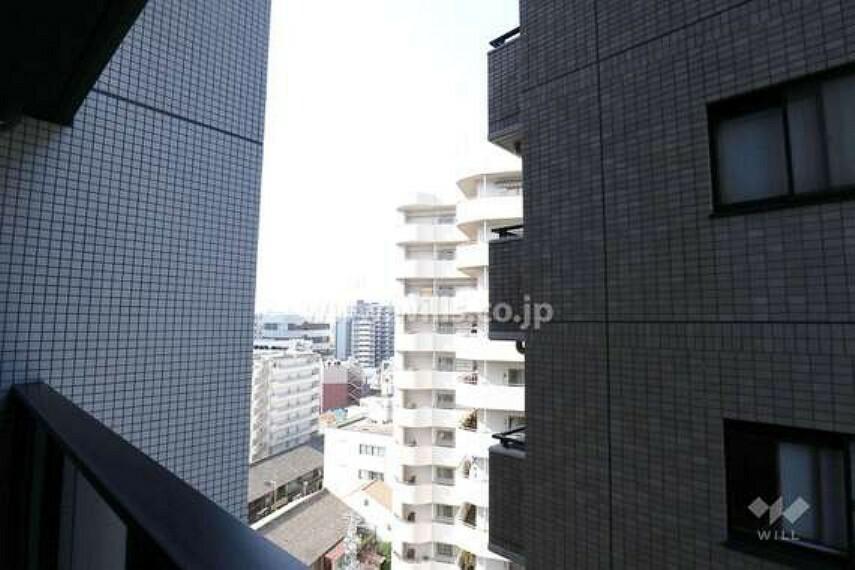 眺望 北西側バルコニーからの眺め(西側を向いて。)周辺の建物があるので眺望が抜ける角度は少ないです。[2021年2月11日撮影]