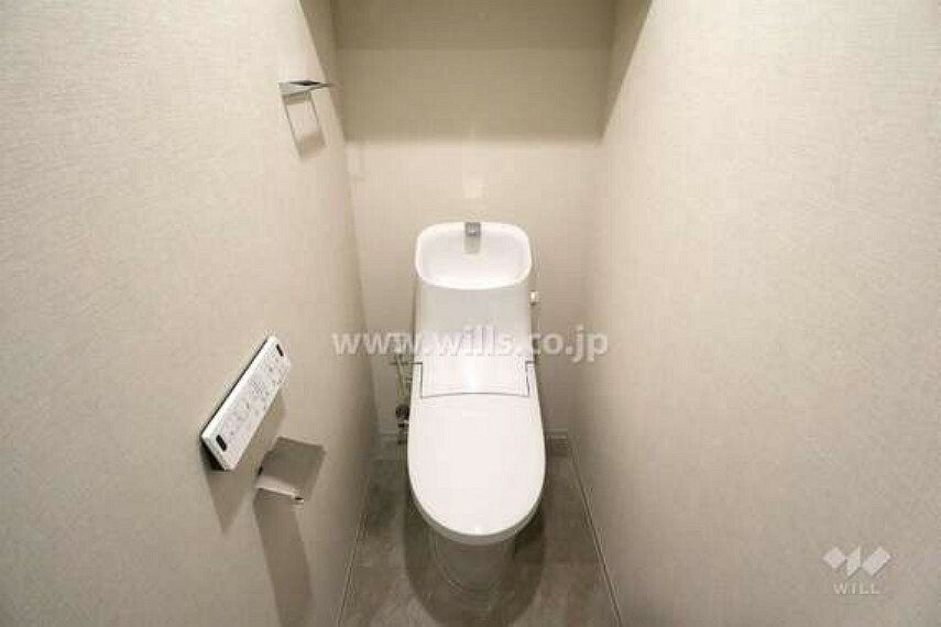 トイレ トイレには換気扇、吊戸棚がついています。[2021年2月11日撮影]