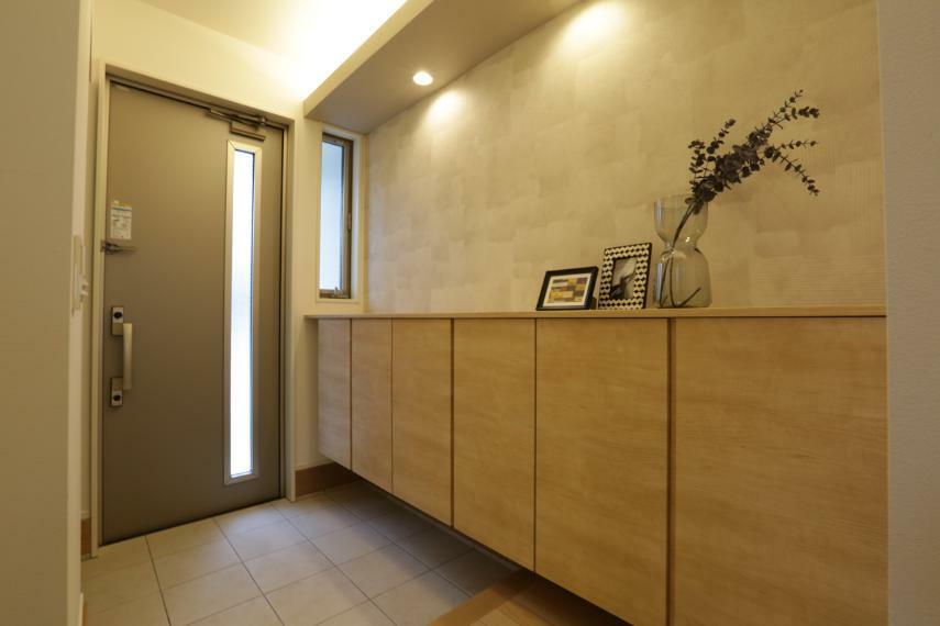 玄関 間接照明を用い、落ち着きのある雰囲気で家族やお客様を迎える玄関。(3号棟)